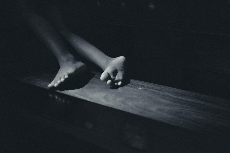 暗闇の中の足先