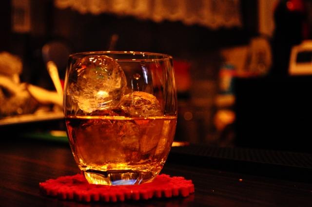 机の上のウイスキー