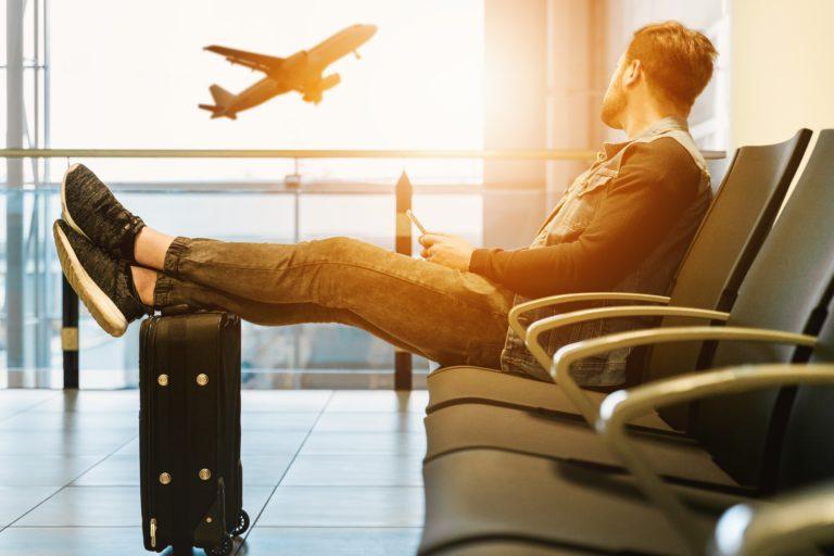 飛行機を見る男性